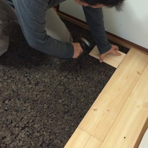炭化コルクの上に床材を。|神戸市西区のマンションリノベーション モスハウス田端の施工事例