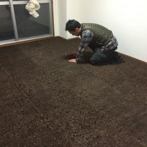 コンクリートの土間の上に断熱材の炭化コルクを敷き詰めました。|神戸市西区のマンションリノベーション モスハウス田端の施工事例