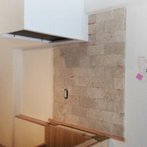 コンロ横の仕上げはコーラルストーン 石張りです。|神戸市西区のマンションリノベーション モスハウス田端の施工事例