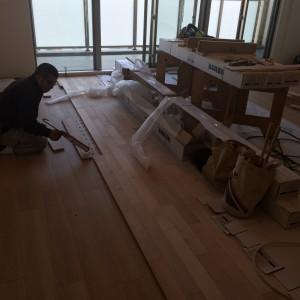 床材を一本ずつ丁寧に施工|神戸市西区のマンションリノベーション モスハウス田端