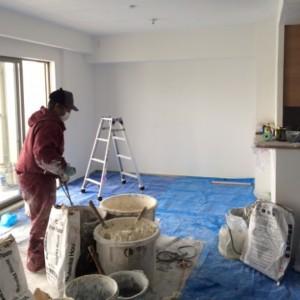現場での漆喰練り作業|神戸市西区のマンションリノベーション モスハウス田端