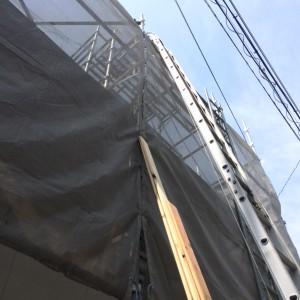 屋根梯子で材料を上げていきます。|神戸市垂水区の戸建てリノベーション モスハウス田端