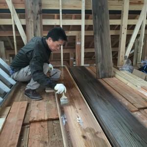 破風板を社長自ら塗装中。|神戸市西神中央の注文住宅 モスハウス田端の現場中継