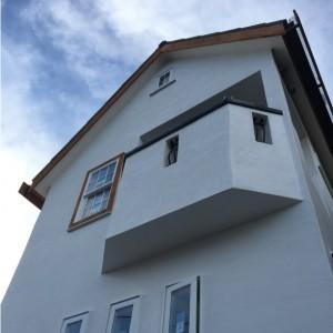 白い窓枠が南面のアクセント|神戸市垂水区塩屋町の注文住宅 モスハウス田端の現場中継