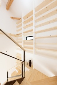 階段に面した書棚|神戸市西区の注文住宅 無添加住宅専門モスハウス田端の施工事例