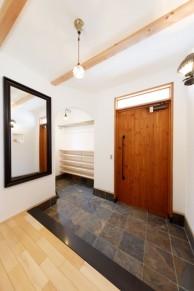 オリジナルの無垢の木のドアにガラス欄間をプラスした玄関|神戸市西区の注文住宅 無添加住宅専門モスハウス田端の施工事例