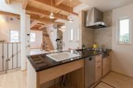 ワークトップは黒御影石のキッチン|神戸市垂水区の注文住宅 モスハウス田端の施工事例