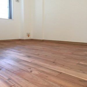 柿渋塗装が施されたアカシアの床|神戸市灘区のマンションリノベーション 無添加住宅専門店モスハウス田端