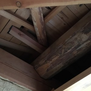 小屋裏には立派な松丸太の梁が。|兵庫県多可郡にて和室リノベーション モスハウス田端