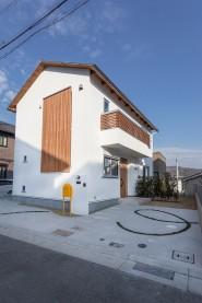 しっくいと木の格子の外観|神戸市垂水区での注文住宅施工事例 無添加住宅専門モスハウス田端