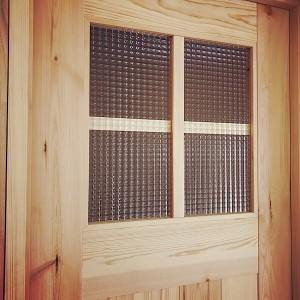 チェッカーガラスのリビングドア