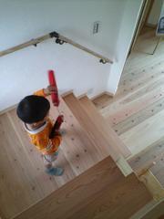 新居の階段にて