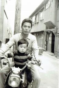 お父さんとバイクに乗っている私