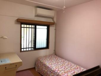 白とピンクのしっくいに塗り替えられた子供部屋